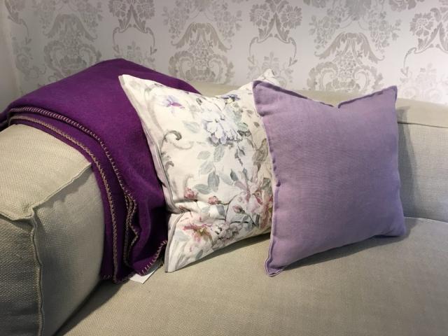 Decke Alina Farbe Pflaume mit Kissen von Designers Guild