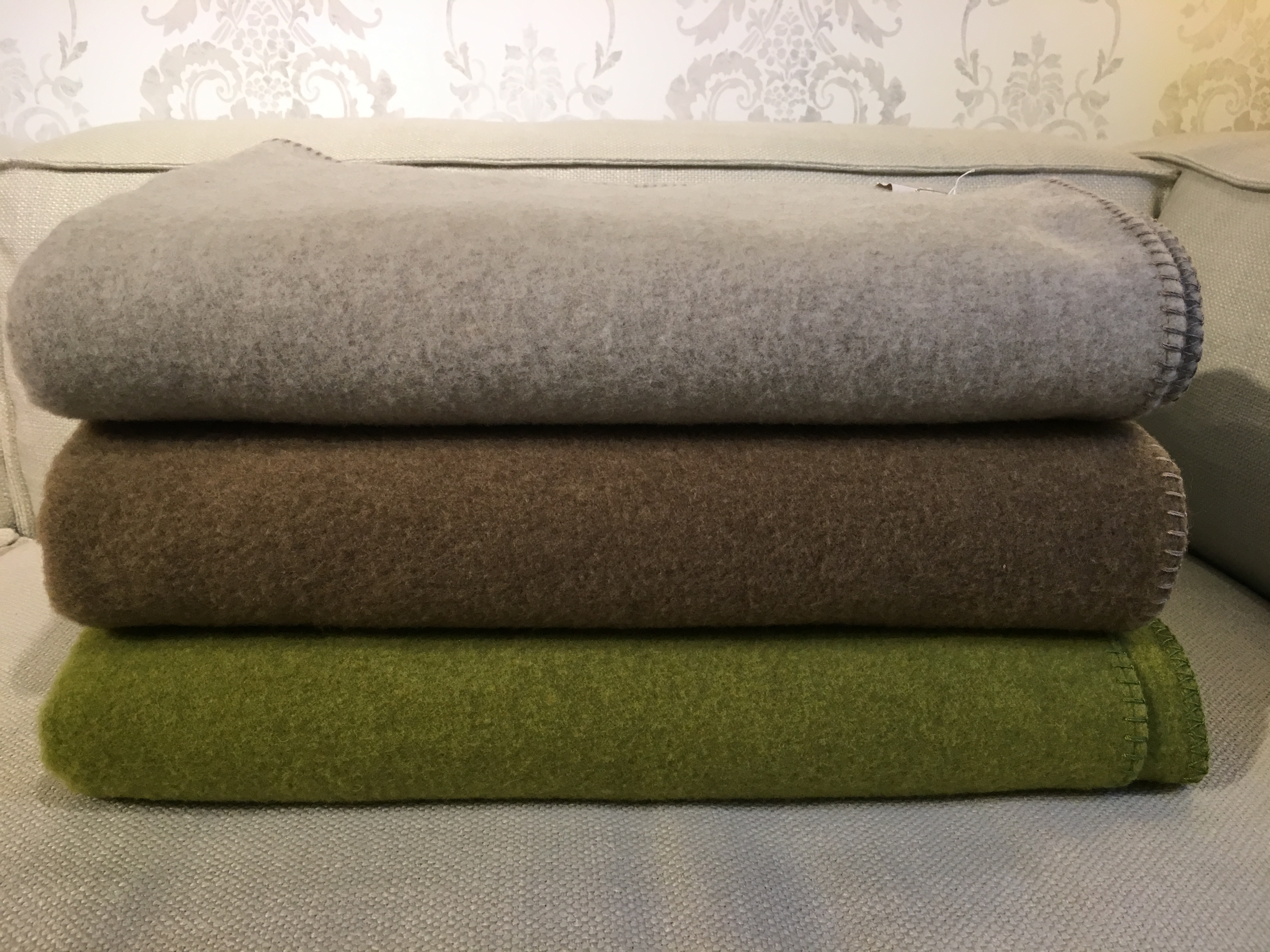 Decke Sophia aus 100% Merinowolle Farbe creme, schilf, farn