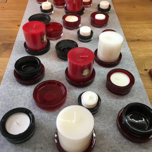 Tischdekoration aus rotem und grauen Glas